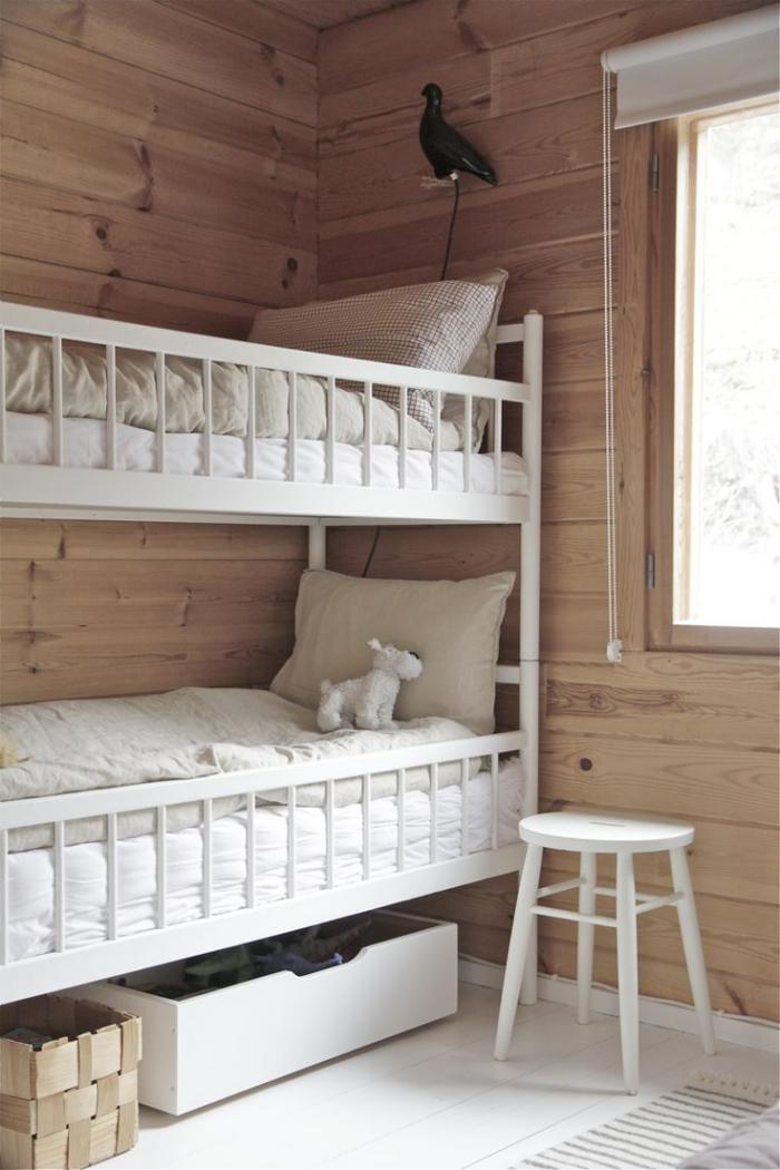 lambris-mural-lattes-de-bois-foncé-dortoir-lit-mezzanine