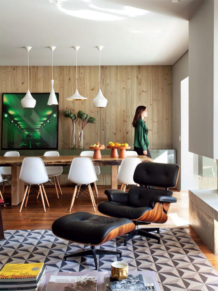 lambris-mural-original-grande-table-en-bois-brut-chaise-ergonomique