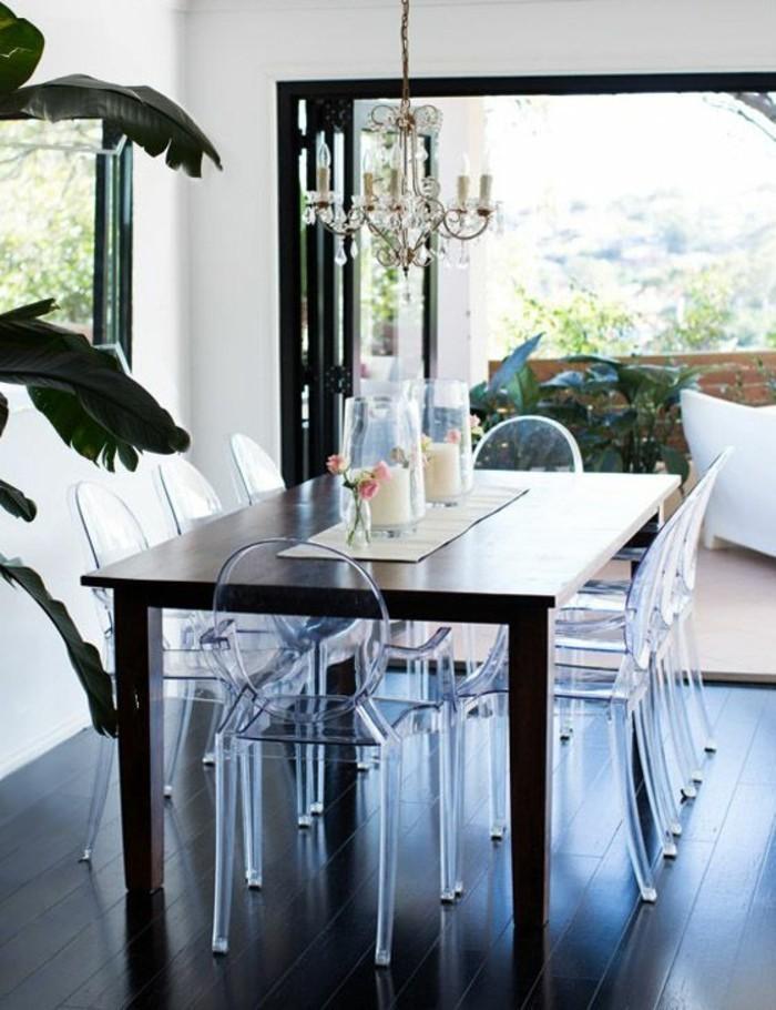 les-chaises-plexiglass-pour-la-salle-de-sejour-moderne-sol-en-parquet-foncé-table-en-bois