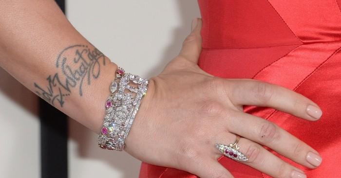 les-tatouages-poignet-femme-tatouage-autour-du-poignet-voir-comment