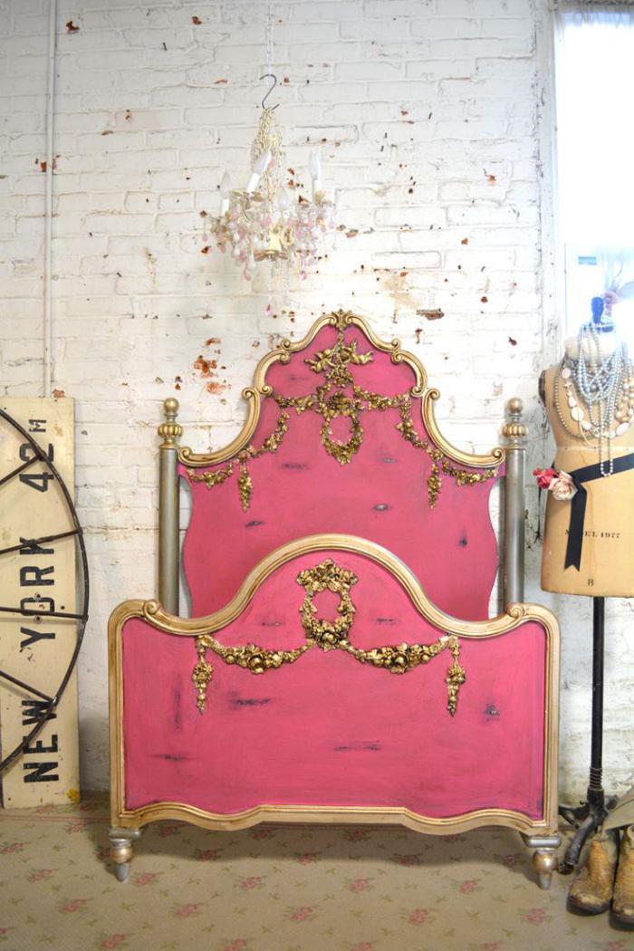 lit-baroque-décor-shabby-chic-avec-un-beau-lit-rose