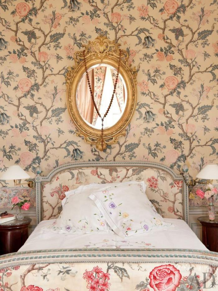 lit-baroque-fleuri-et-papier-peint-à-motifs-floraux
