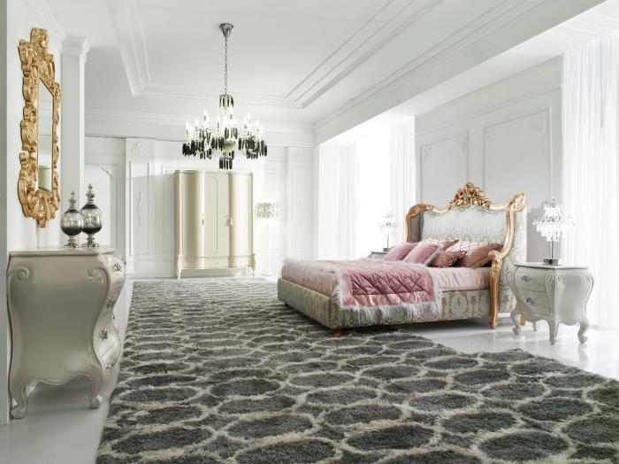 lit-baroque-luxueux-chambre-à-coucher-vaste-et-lumineuse