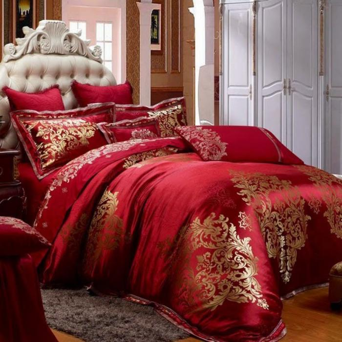 lit-baroque-tete-de-lit-blanche-capitonnée-couettes-rouges