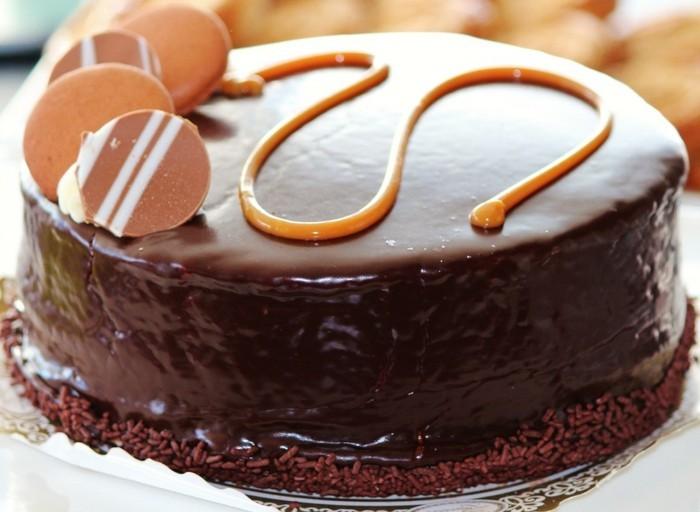 magnifique-gâteau-au-chocolat-en-poudre-gâteau-chocolat-blanc-ai-caramel