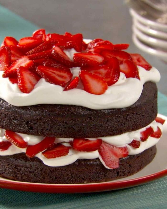 magnifique-gâteau-au-chocolat-en-poudre-gâteau-chocolat-blanc-fraises