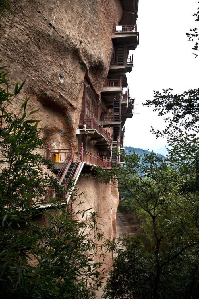 maison-troglodyte-architecture-verticale-au-flanc-de-la-montagne