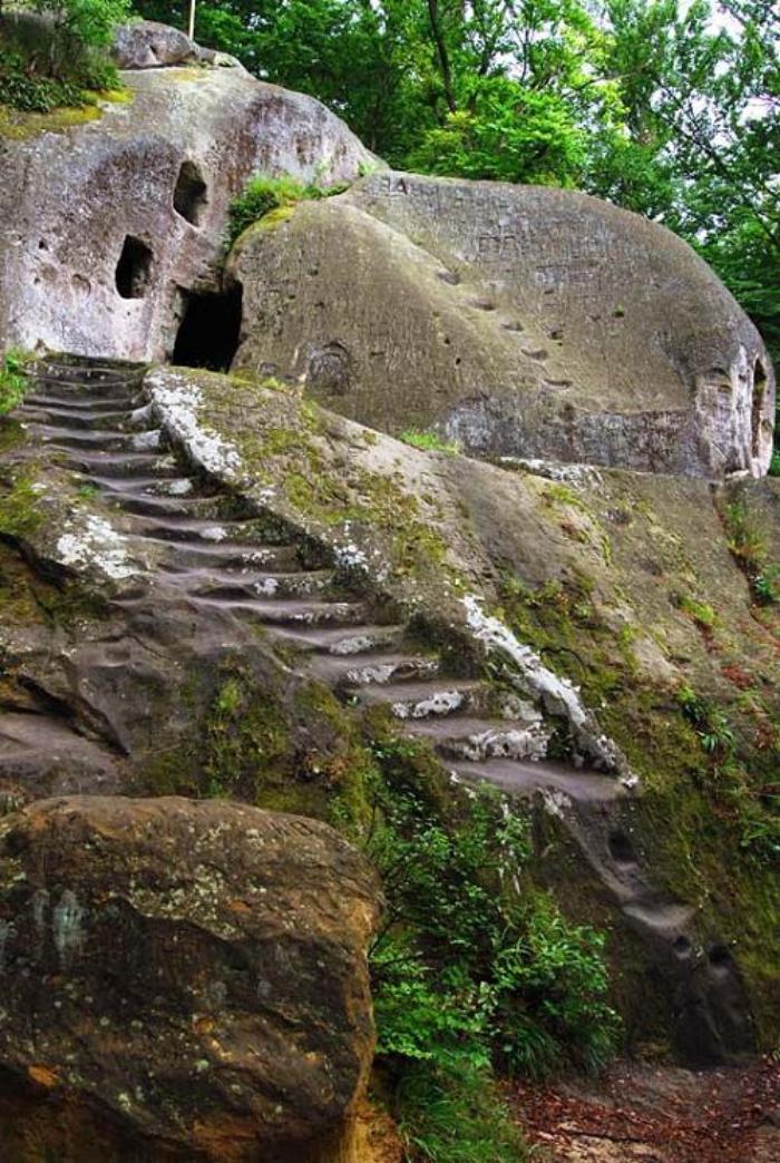 maison-troglodyte-et-escalier-dans-la-pierre