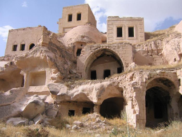 maison-troglodyte-habitats-creusés-dans-la-pierre