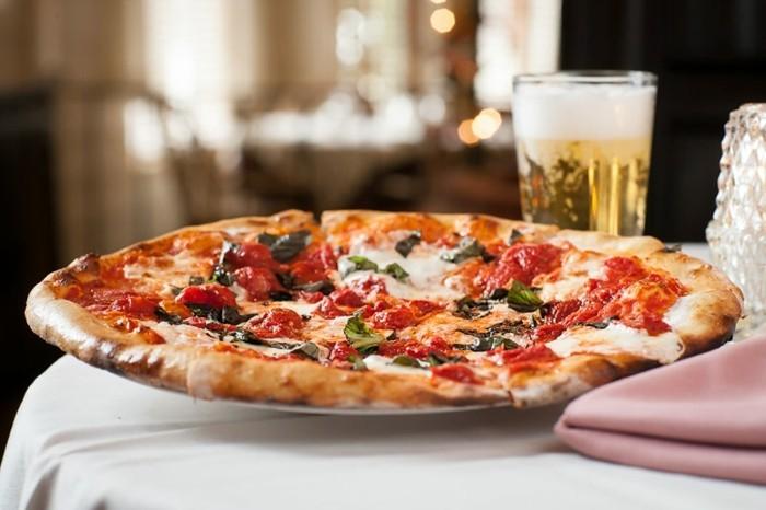 manger-la-meilleure-pizza-recette-de-pizza-plateau-préparation-biere
