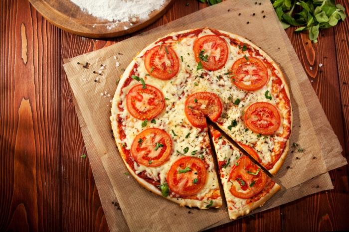 manger-la-meilleure-pizza-recette-de-pizza-plateau-préparation-margarita