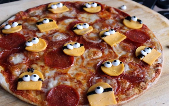 manger-la-meilleure-pizza-recette-de-pizza-plateau-préparation-minions