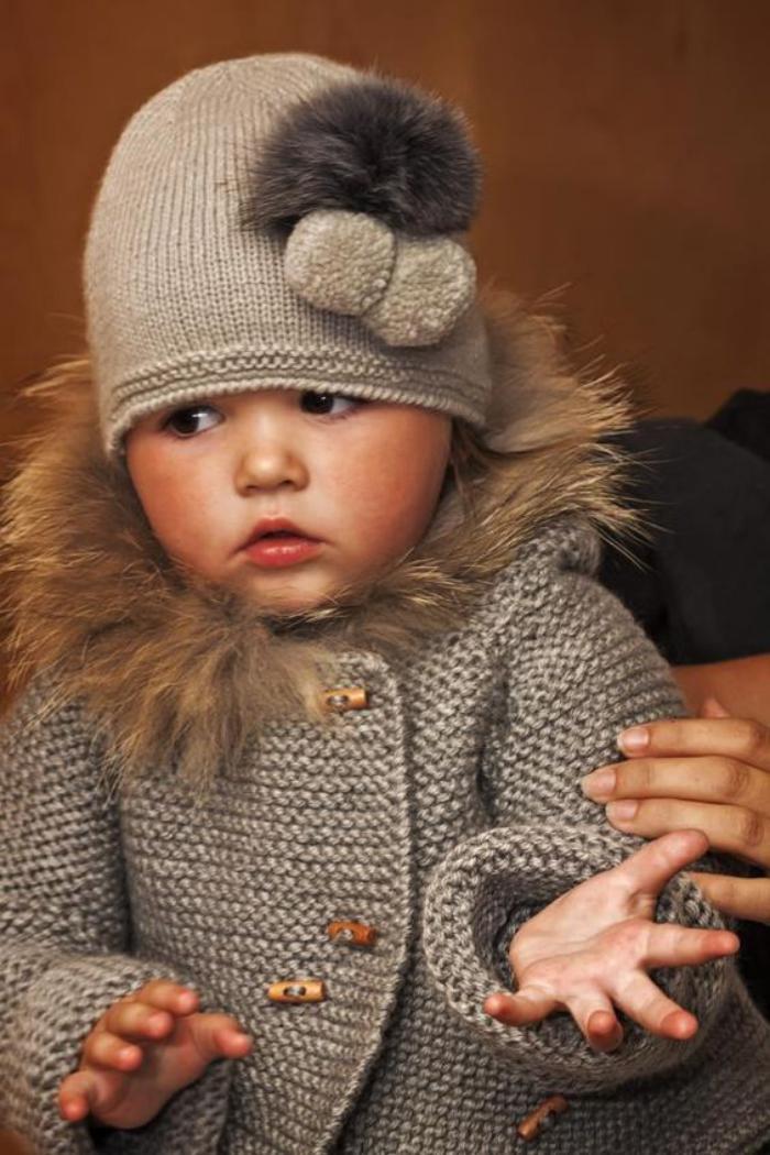 manteau-bébé-fille-tricoté-capuche-avec-fausse-fourrure