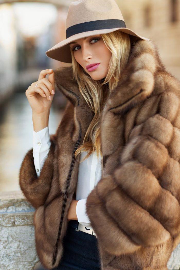 manteau-en-fausse-fourrure-beige-style-classique-et-tenue-chic