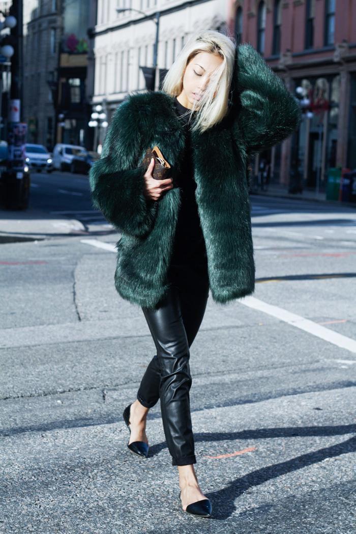 manteau-en-fausse-fourrure-vert-combiné-avec-un-pantalon-en-cuir-noir