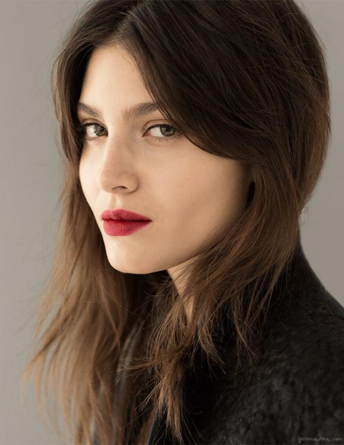 maquillage-simple-et-rouge-à-lèvre-vif
