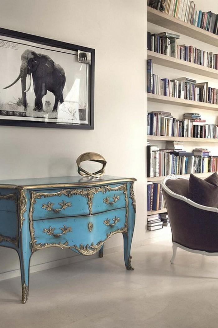 meuble-baroque-de-couleur-bleu-clair-carrelage-beige-sur-le-sol