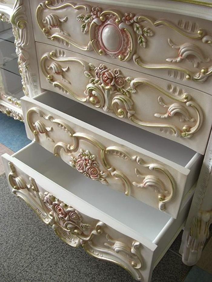 meubles-gustaviens-tapisserie-kitch-beige-dans-la-chambre-a-coucher-shabby
