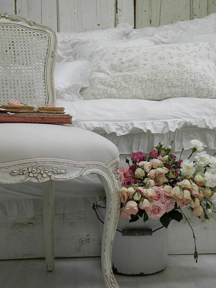 meubles-gustaviens-tapisserie-kitch-dans-la-chambre-a-coucher-moderne-comment-bien-amenager