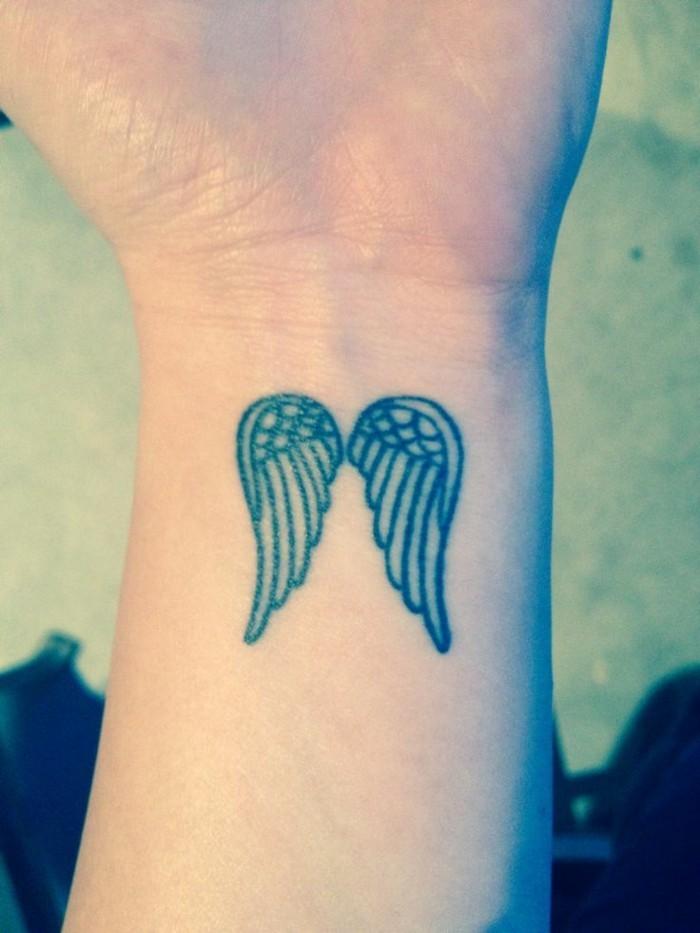 mignon-tatouage-chiffre-romain-poignet-tatouage-oiseaux-poignet-ange