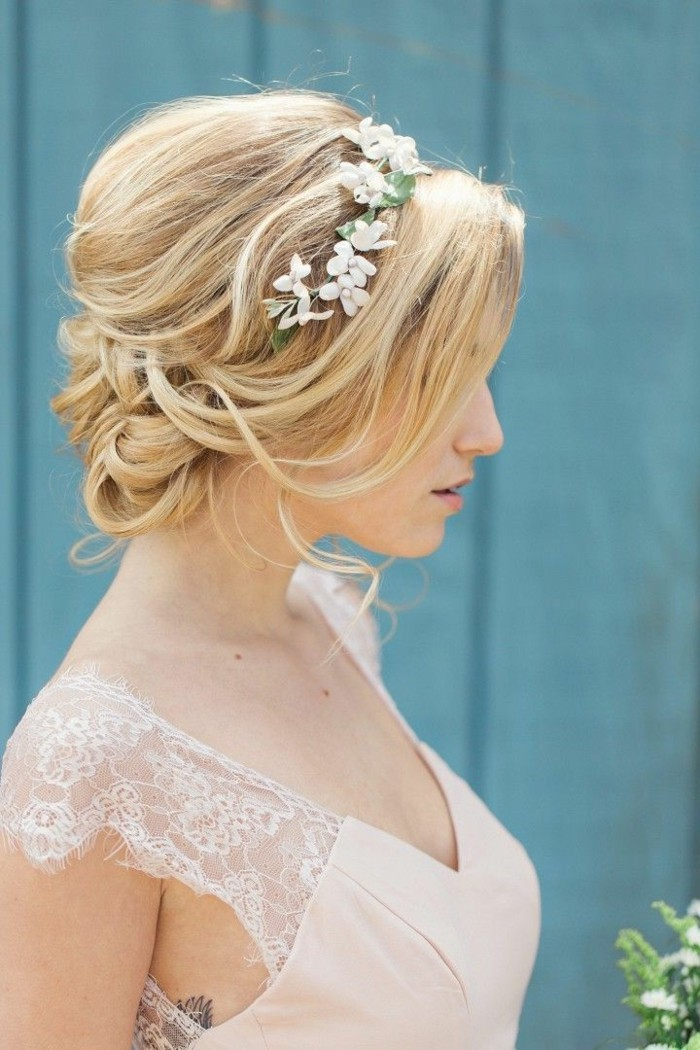 modele-chignon-mariage-chignon-mariée-coiffure-mariee-robe-rose