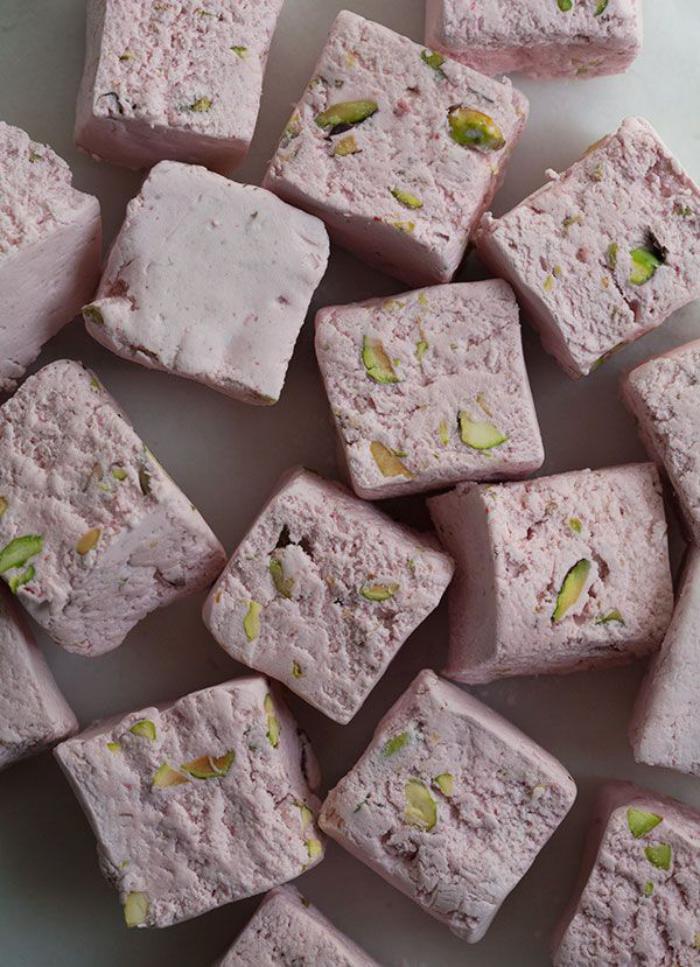 nougat-tendre-morceaux-délicieux-de-nougat-moelleux