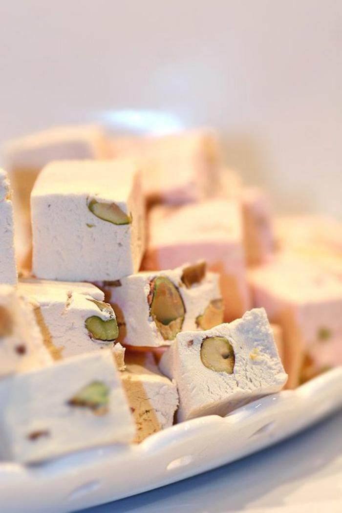 nougat-tendre-offrir-le-nougat-blanc-dans-une-assiette-blanche