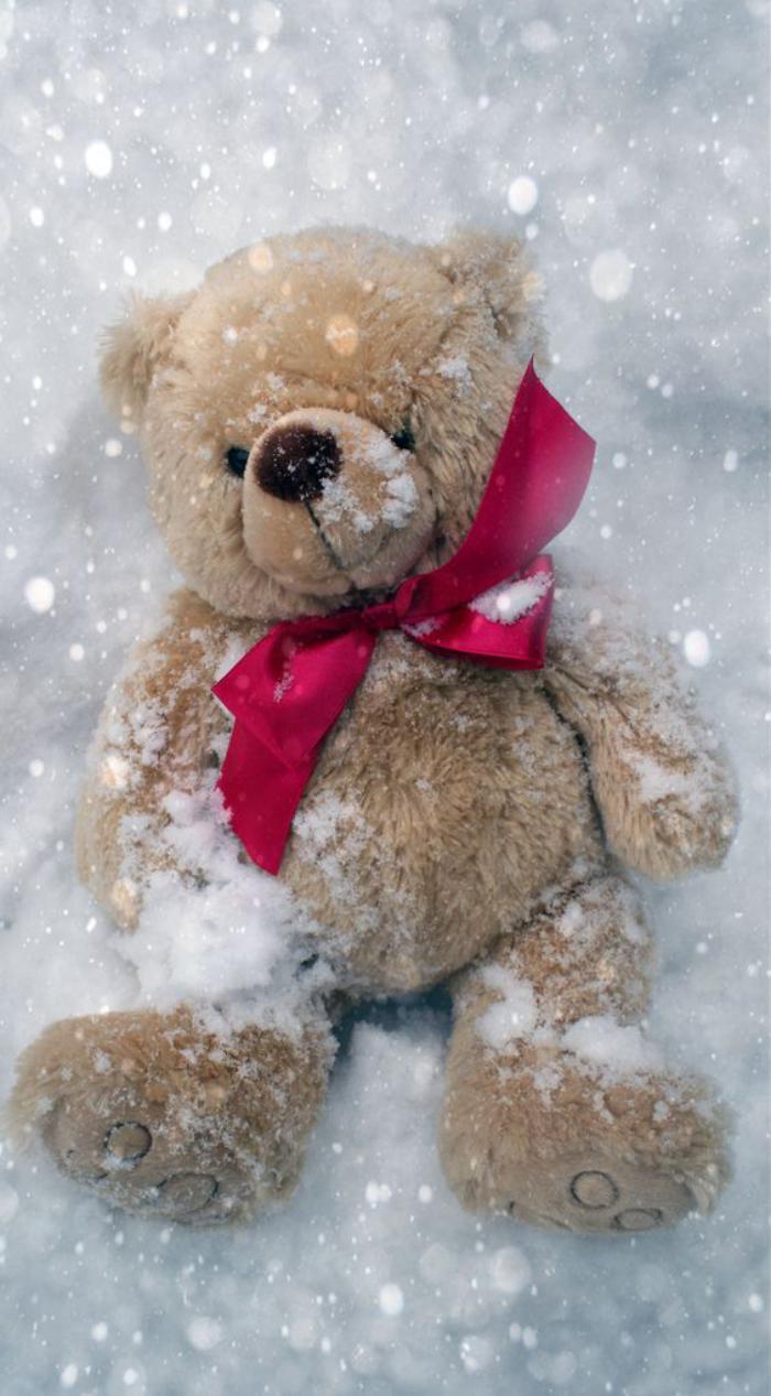 ourson-en-peluche-beige-dans-la-neige