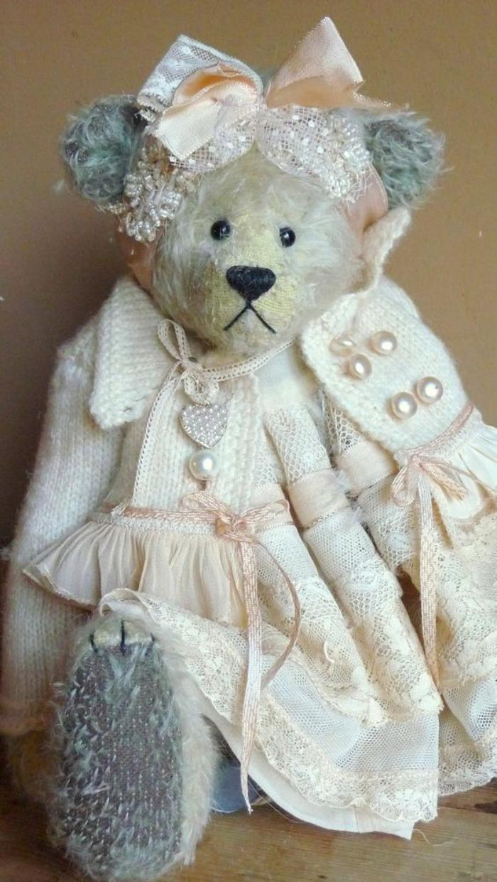 ourson-en-peluche-une-vieille-dame-ours-en-peluche