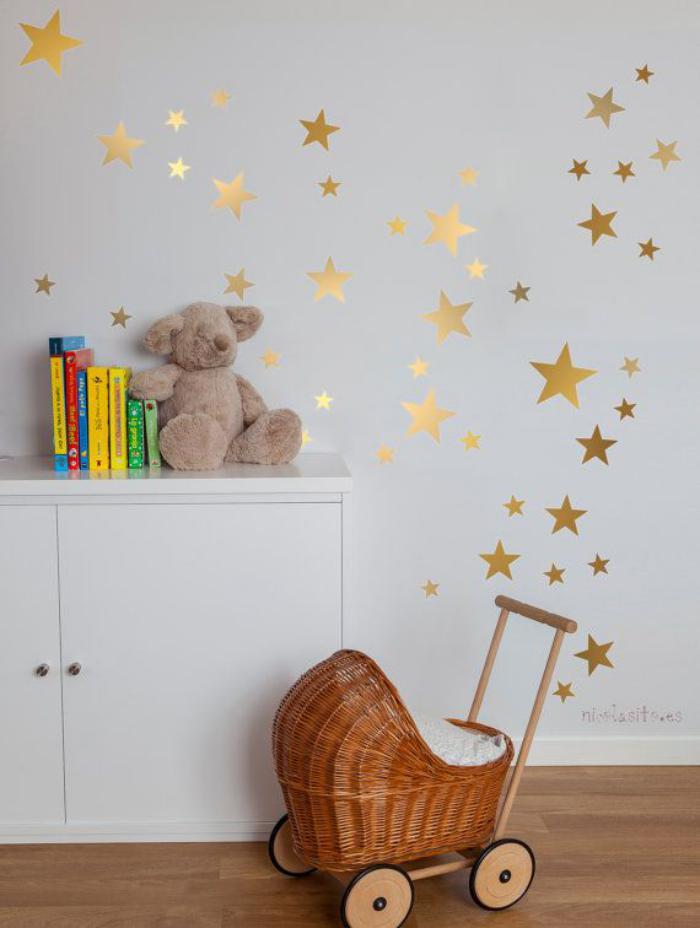papier-peint-blanc-à-étoiles-dorées-petit-landau-jouet