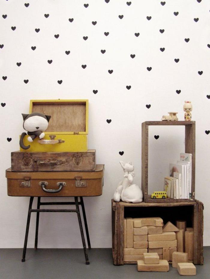 papier-peint-blanc-à-coeurs-valises-vintage