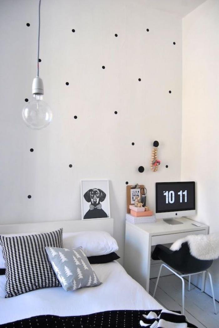 papier-peint-blanc-à-points-noirs-chambre-d'enfant-blanche