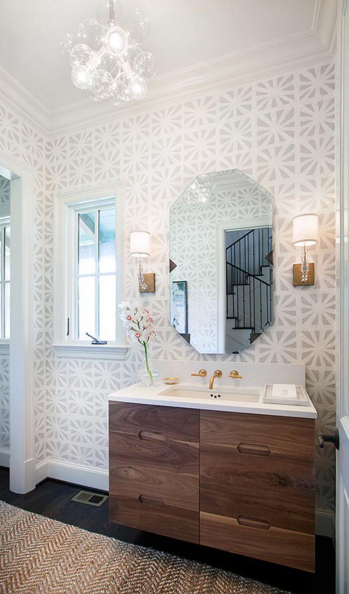 papier-peint-blanc-élégant-salle-de-bains-style-chic