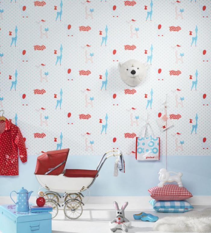 papier-peint-blanc-avec-des-motifs-rouges-et-bleus-chambre-bébé