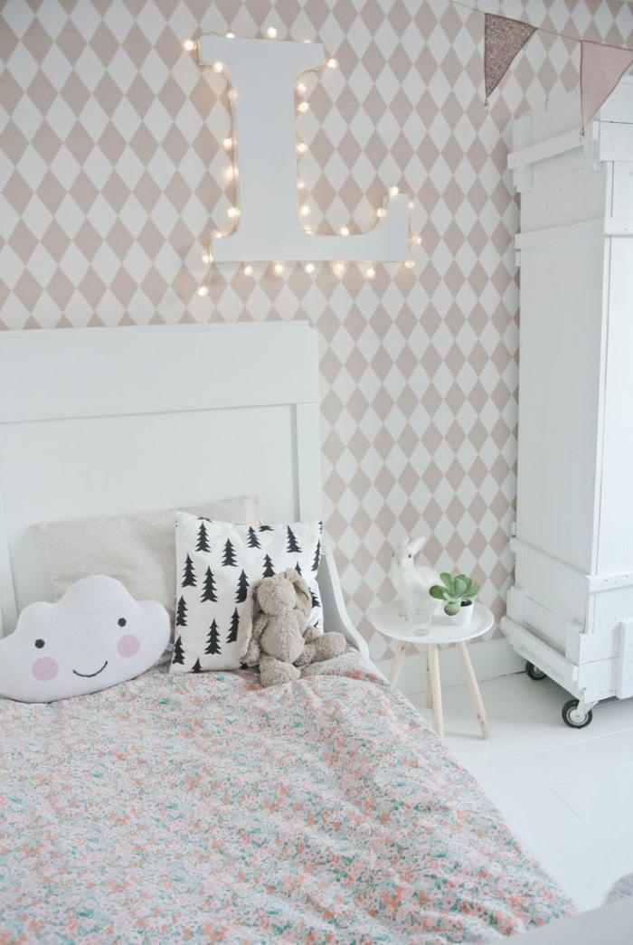 papier-peint-blanc-et-beige-motifs-diamants-chambre-à-coucher-design-scandinave
