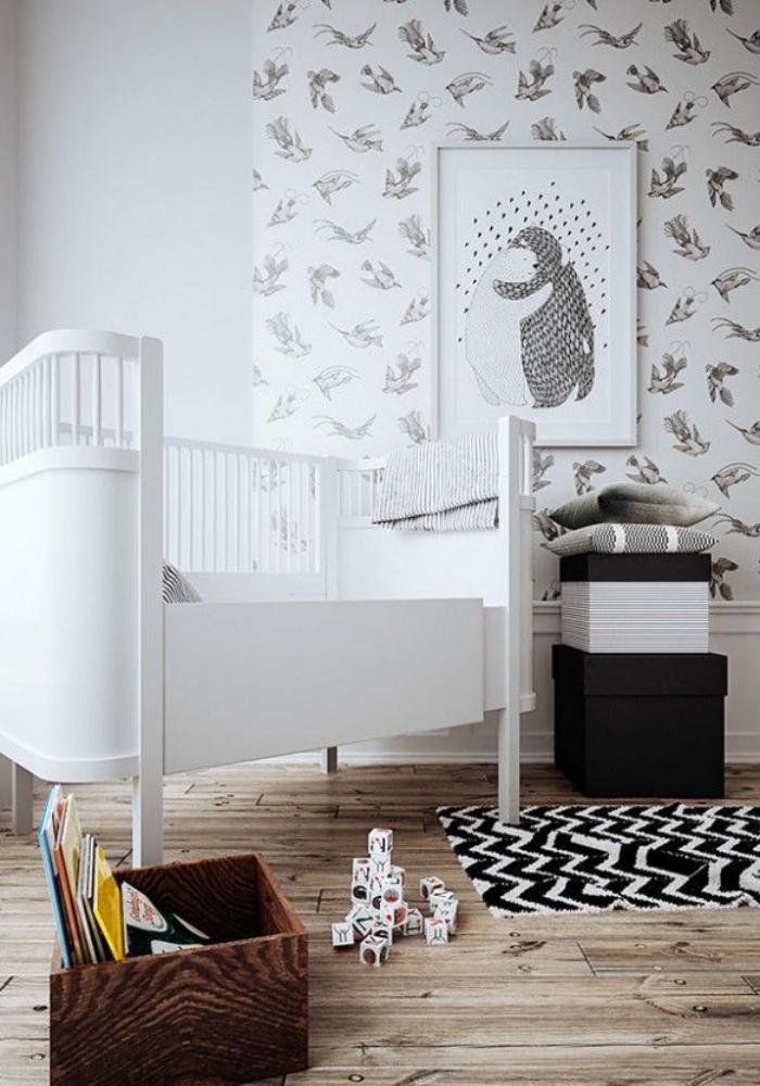papier-peint-blanc-et-sol-en-bois-dans-une-chambre-bébé-blanche