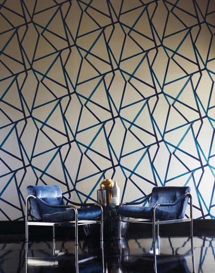 papier-peint-blanc-graphique-et-deux-chaises-extravagantes