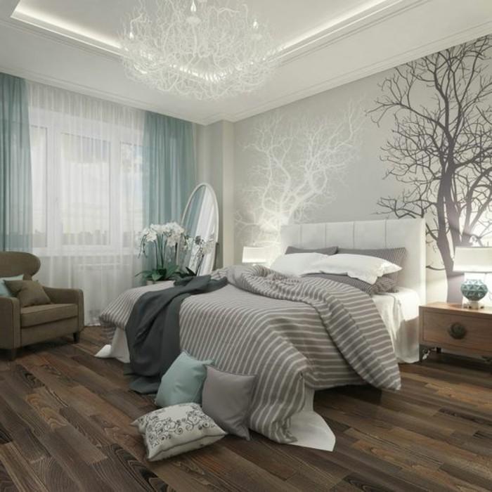 papier-peint-blanc-gris-chambre-avec-un-grand-double-lit-parquet-foncé-en-bois
