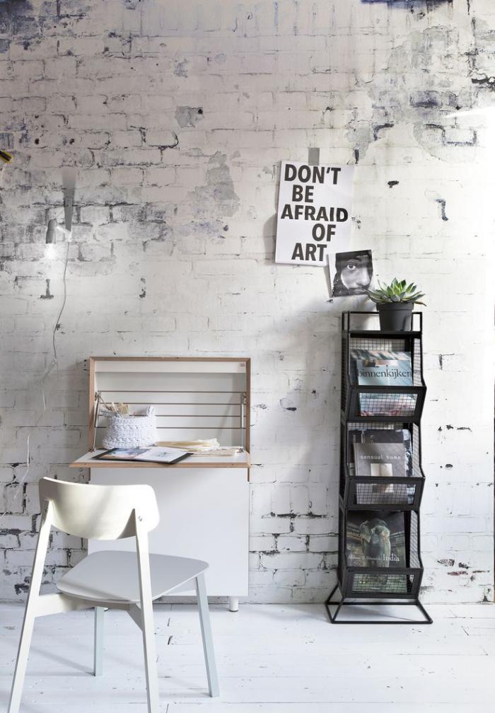papier-peint-blanc-imitation-briques-petit-bureau-et-étagère