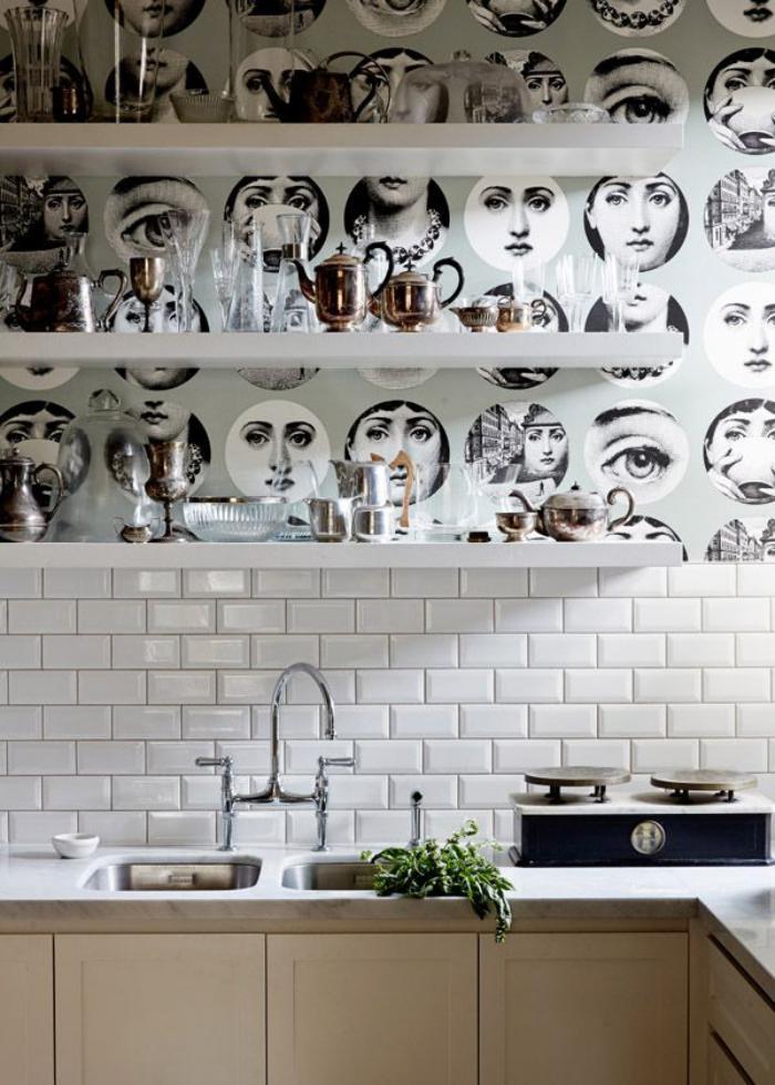 papier-peint-blanc-pour-cuisine-et-étagères-blanches-crédence-en-tuiles
