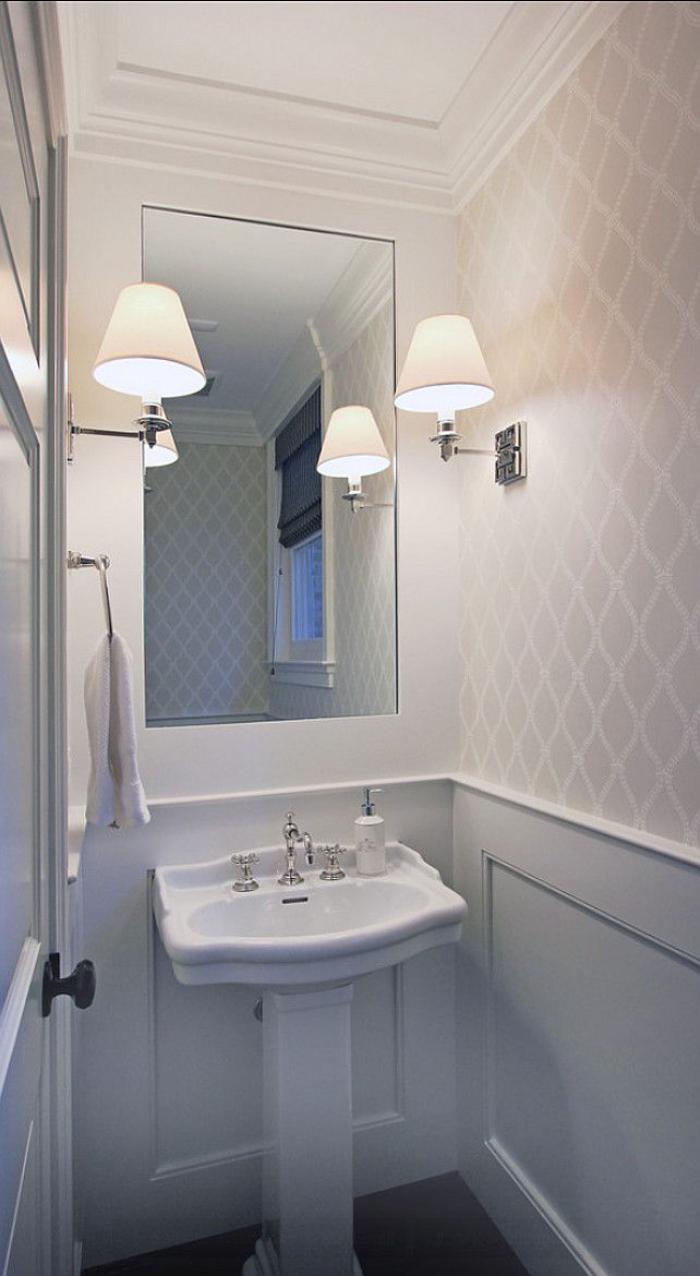 papier-peint-blanc-salle-de-bains-lavabo-sur-pied-blanc