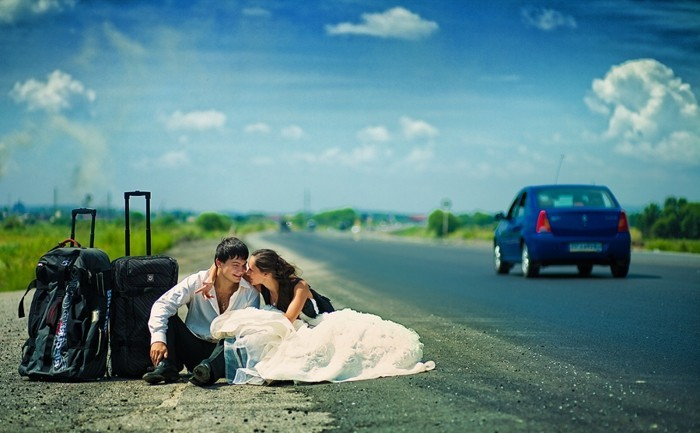 photo-amusante-de-mariage-originale-sur-la-route