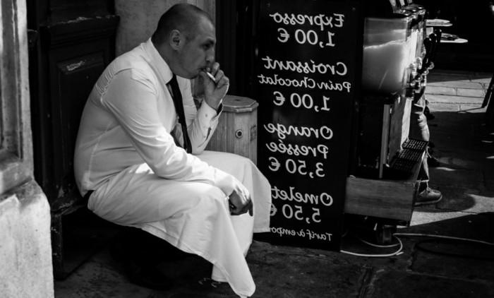 photos-artistiques-poster-noir-et-blanc-reproduction-homme-en-pause