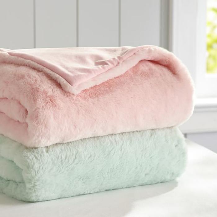 plaid-fausse-fourrure-couleurs-douces-rose-et-menthe