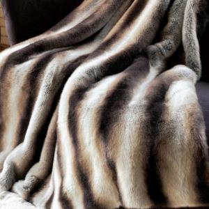 Le plaid fausse fourrure - confort pour vous et style luxueux pour l'intérieur
