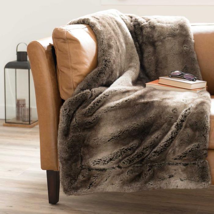 plaid-fausse-fourrure-créer-du-confort-en-hiver