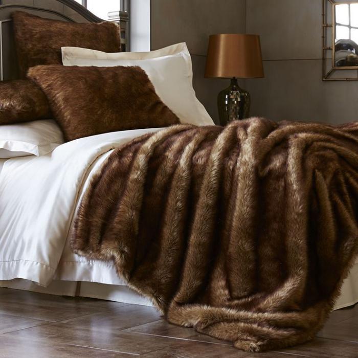 plaid-fausse-fourrure-dans-la-chambre-à-coucher