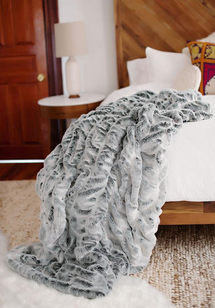 plaid-fausse-fourrure-gris-sibérien-couverture-lit