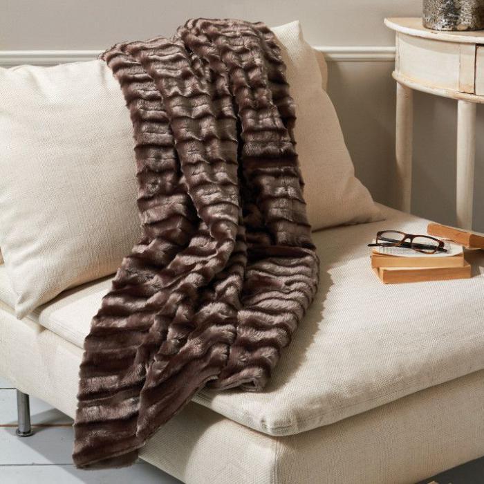 le plaid fausse fourrure confort pour vous et style luxueux pour l 39 int rieur. Black Bedroom Furniture Sets. Home Design Ideas