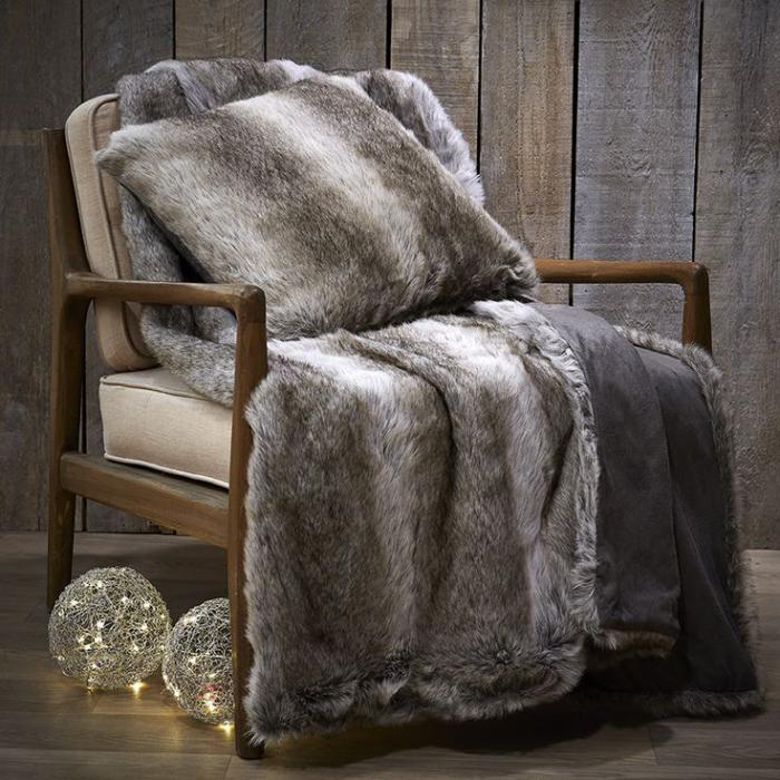 plaid-fausse-fourrure-sur-un-grand-fauteuil-cosy